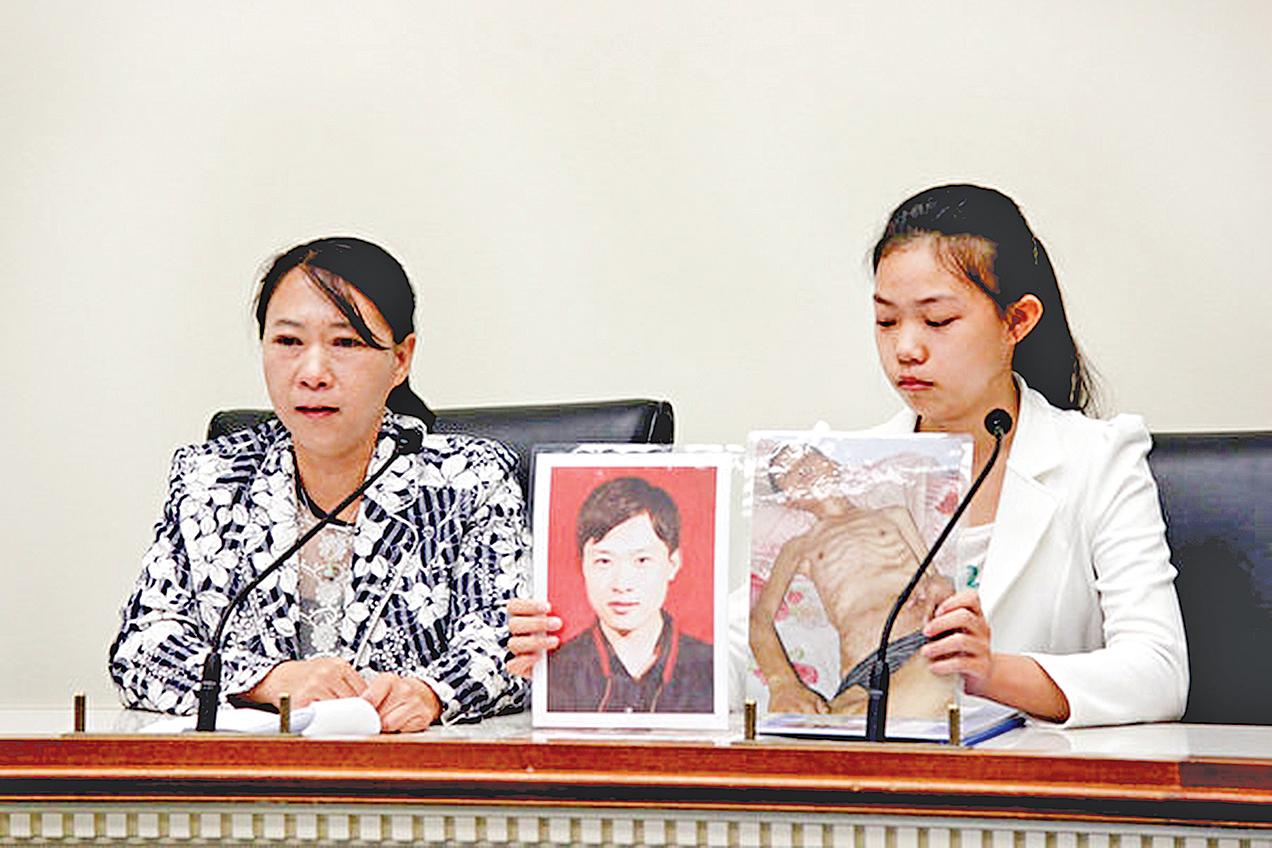 4月19日在美國國會瑞本大樓,來自遼寧的遲麗華女士(左)和她的女兒徐鑫洋(右)展示丈夫徐大為被迫害前後的對比照片。(石青雲/大紀元)