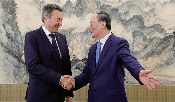 5月30日,王岐山在北京中南海與國際紅十字會主席彼得• 毛雷爾(Peter Maurer)會面。(Thomas Peter - Pool/Getty Images)