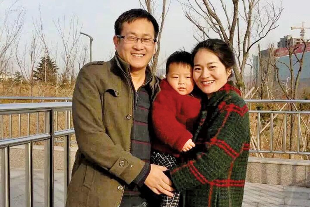 █中國維權律師王全璋自2015年7月10日被中共非法抓捕至今3年音訊全無。圖為王全璋之前與妻子李文足和兩歲兒子合照。(李文足推特)
