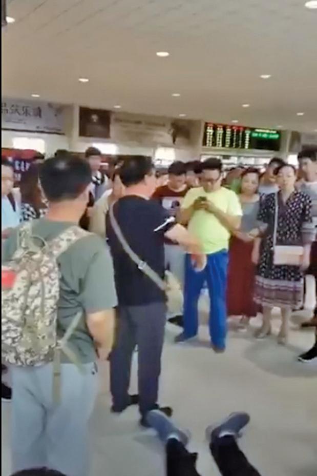聚集火車站欲前往鎮江聲援的退伍老兵。(影片截圖)