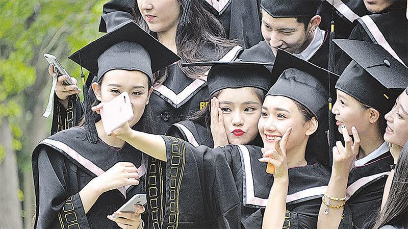 5月23日消息,北京電影學院2012級全體畢業生在校園內拍攝畢業照,表演學院的眾位帥哥靚女成為關注焦點。(大紀元資料室)◇