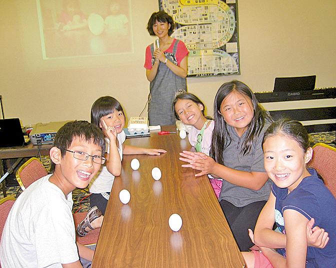 美國新澤西明慧學校夏令營,小朋友在做科學實驗。(大紀元資料圖片)