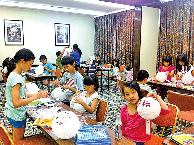 美國新澤西明慧學校夏令營,小朋友在做手工藝。(大紀元資料圖片)