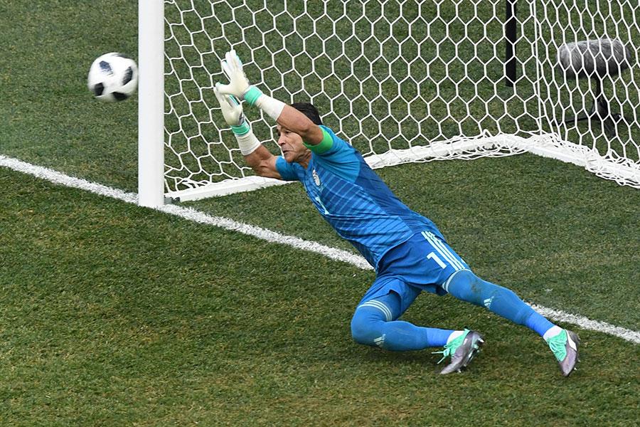 艾哈達里奮勇撲出第一個十二碼。(MARK RALSTON/AFP/Getty Images)