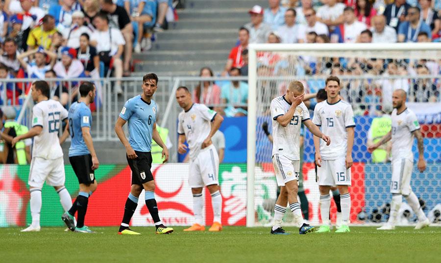 俄羅斯隊雖然取得了本屆盃賽的開局兩連勝,不過在烏拉圭隊這塊試金石面前被打回原形。更有英國《衛報》披露俄羅斯隊員涉嫌服用興奮劑等醜聞,尿檢時冒用其他人的尿液送檢。(Michael Steele/Getty Images)