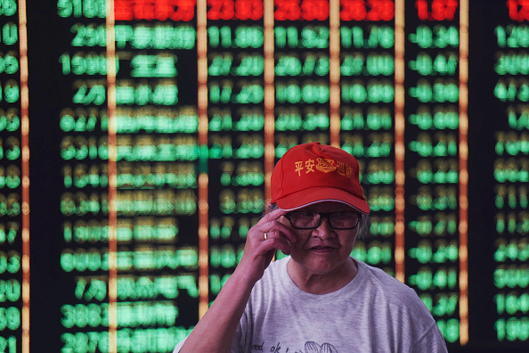 中共周日(6月24日)宣佈降準,希望在中美貿易戰的陰雲籠罩下,給經濟打一劑強心針,未料大陸股市無動於衷,只是慵懶的打了一個呵欠。(AFP/Getty Images)