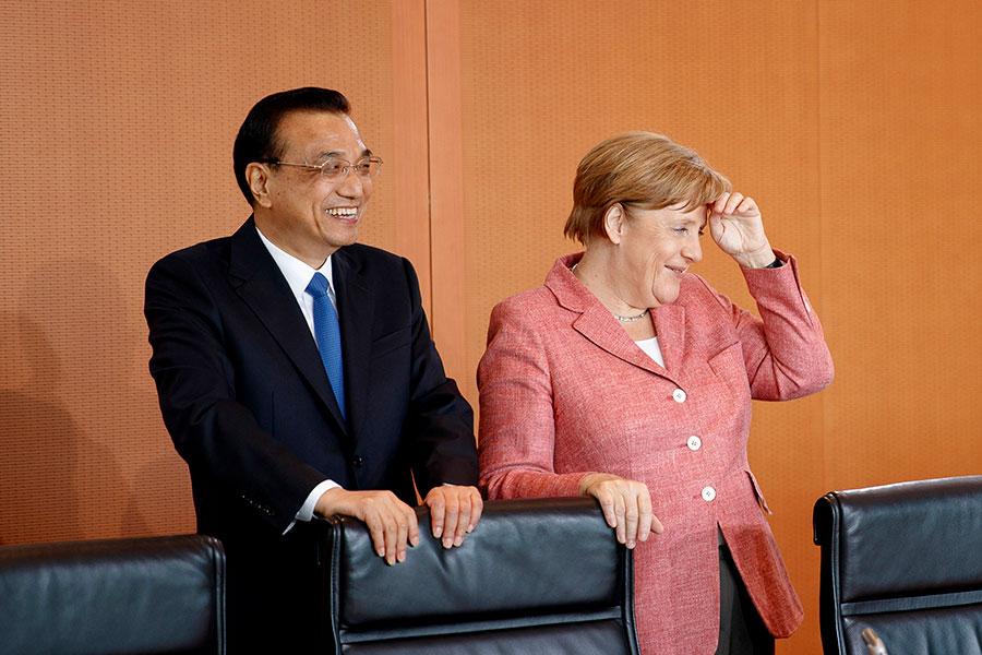 德國總理默克爾表示,她會在訪華期間向中方提出一系列問題,包括互惠市場准入等貿易問題和知識產權保護。圖為今年5月24日,德國總理默克爾(右)與來訪的中共總理李克強會晤。(Carsten Koall - Pool/Getty Images)
