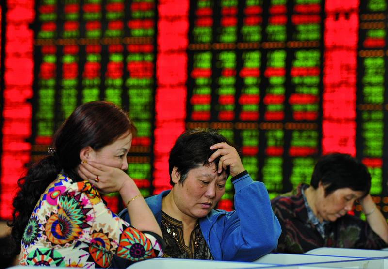 6月19日滬深股市跳空低開,突破了人們的心理大關2900點,創下了兩年來的新低,此後連續幾天都是震盪下行。圖為大陸某交易所。(AFP)