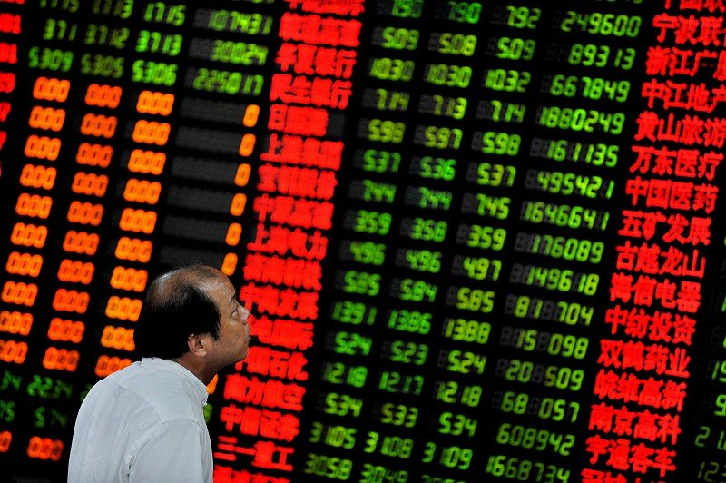 中國股市大跌。圖為一位中國投資者在上海證券交易所監視屏幕上顯示的股票指數。圖為資料圖片。(AFP PHOTO/PHILIPPE LOPEZ)