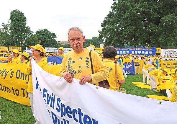 6月20日,Ralf Gronau來華盛頓國會山參加集會遊行。(陳怡然/大紀元)