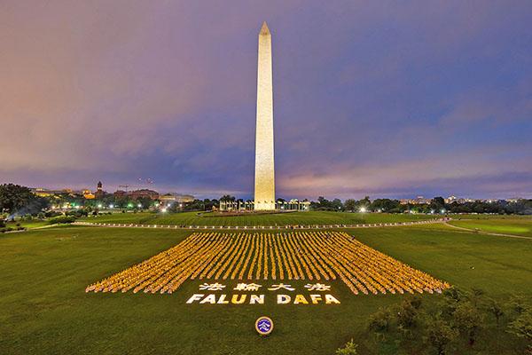 6月22日晚,法輪功學員在華盛頓DC莊嚴燭光夜悼被中共迫害致死的學員。(Mark Zou/大紀元)