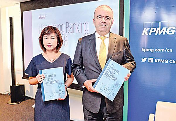 圖為畢馬威中國金融服務業合夥人黃寶珊(左)及畢馬威香港銀行業和資本市場主管合夥人馬紹輝(右)。(宋碧龍/大紀元)