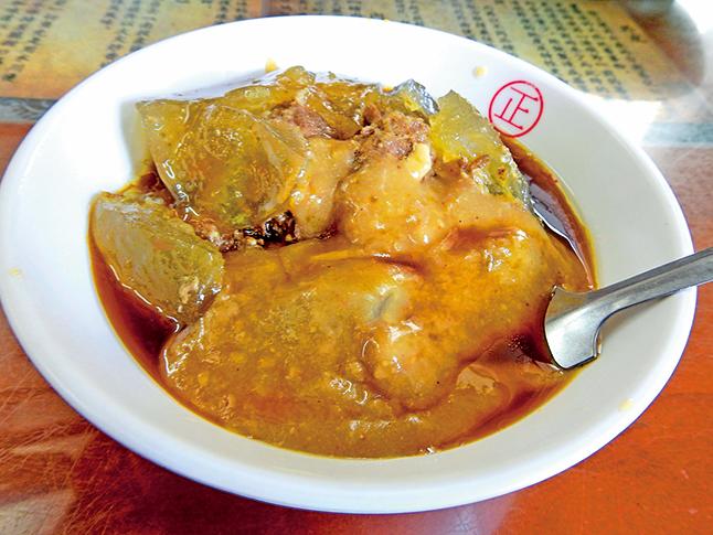 彰化肉圓的醬料除了蒜蓉鹹甜醬,最特別的是花生醬。