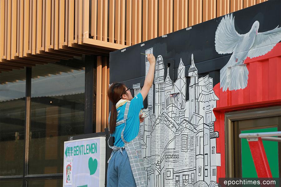 正在進行中的「盈豐匯滿錦添花」壁畫設計,將本港的現代高樓與圍村建築同時呈現在畫中,以表現傳統與現代的共融。(陳仲明/大紀元)
