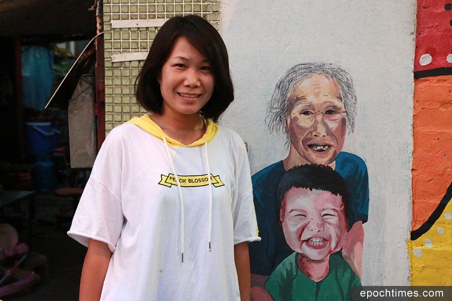 郭老師與她的第一張壁畫,獻給她親愛的母親。(陳仲明/大紀元)