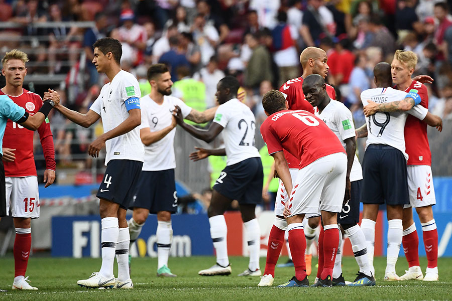 賽後,法國和丹麥球員「握手言和」,互相祝賀。(JEWEL SAMAD/AFP/Getty Images)