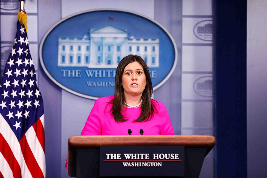 美國白宮新聞發言人桑德斯在星期一(6月25日)下午的新聞簡報會上講述了上周末她和家人在一家餐廳用餐,被要求離開的經歷。(Samira Bouaou/大紀元)