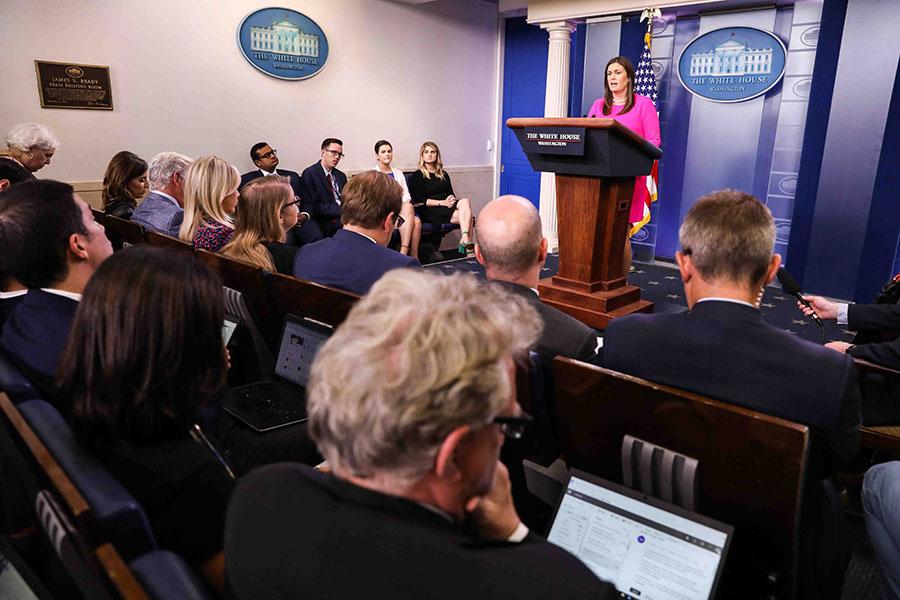 美國白宮新聞發言人桑德斯在星期一(6月25日)下午的新聞簡報會上表示,人們應該擁有自由地表達不同意見的權利,並且不用擔心會受到傷害。(Samira Bouaou/大紀元)