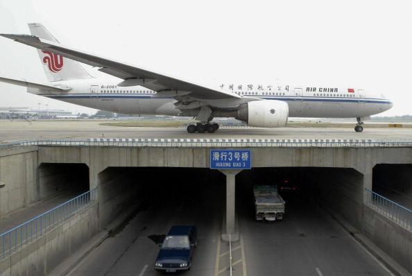 由於中美之間的貿易緊張局勢加劇,中國的航空公司正在為支出增加和乘客減少而苦惱。(STR/AFP/Getty Images)