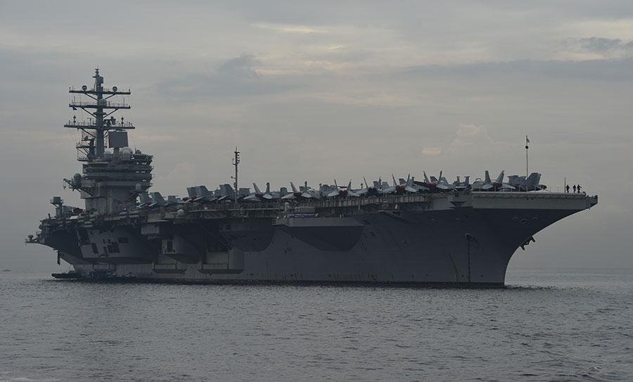 美國列根號航空母艦被派遣到南中國海。這是今年以來,美國軍方在該海域部署的第三艘航空母艦。(TED ALJIBE/AFP/Getty Images)