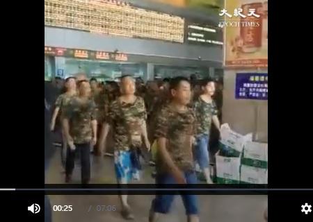 近日退伍老兵不斷向江蘇鎮江湧入,但中共遲遲沒動用軍隊鎮壓。專家們說,中共用新兵打老兵政治風險大,這讓中共陷入兩難境地。(網絡圖片)