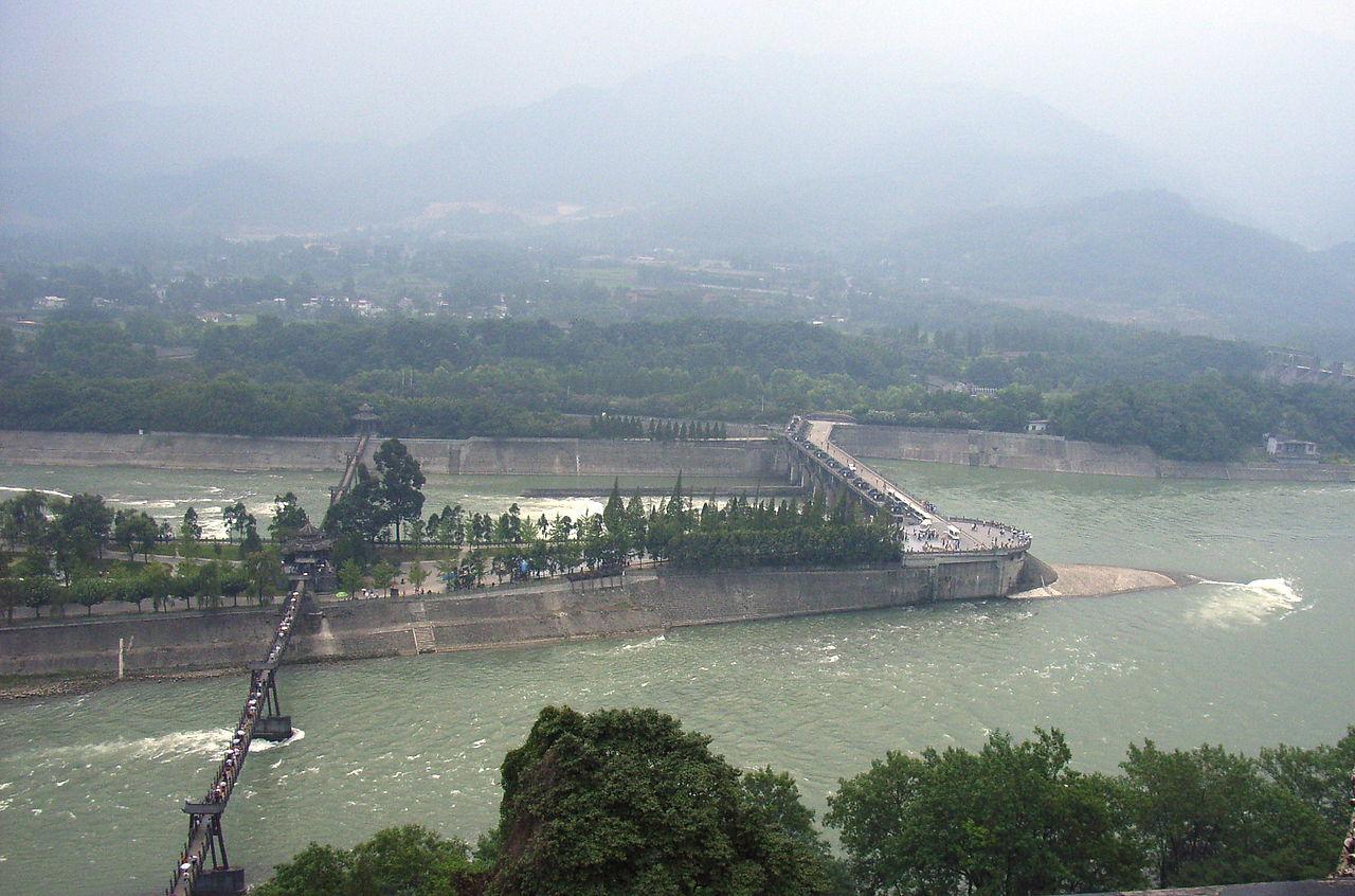 在都江堰核心區域內竟有一座違建電站已存在6年之久,引發輿論廣泛關注。(維基百科)