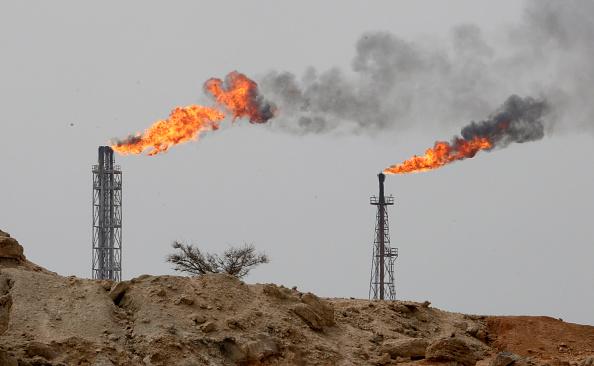 美國政府要求世界各國在11月4日前全面停止從伊朗進口原油,否則將面臨美國的嚴厲制裁。圖為伊朗哈克爾島一家煉油工廠。(ATTA KENARE/AFP/Getty Images)
