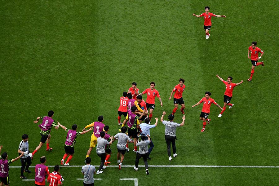 南韓隊90分鐘的頑強拼搏頂住了德國隊瘋狂的進攻,直到比賽的最後一刻都不肯鬆懈,最終他們為南韓球迷們贏了一場!也許遲來的勝利並不重要,也無法改變甚麼,但是他們勝利了。(Shaun Botterill/Getty Images)