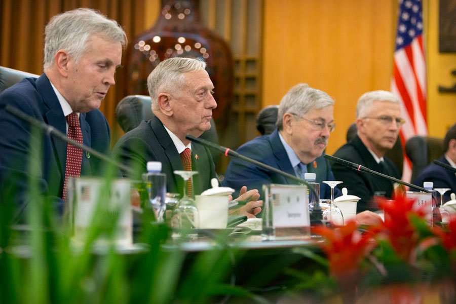 6月27日,馬蒂斯(左二)在北京與中方進行會談。(MARK SCHIEFELBEIN/AFP/Getty Images)