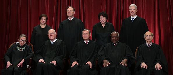 美國高院大法官甘迺迪(Anthony Kennedy)周三(6月27日)宣佈退休,給了特朗普總統一個絕佳機會,讓最高法院穩穩的向右轉。圖中前排左二是甘迺迪。(Alex Wong/Getty Images)