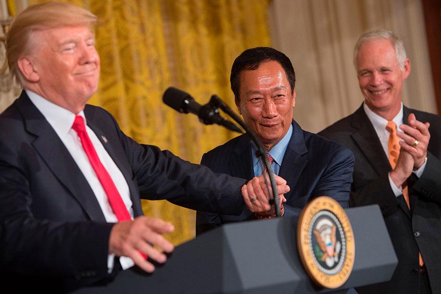 2017年7月26日,鴻海董事長郭台銘(中)訪問白宮,與美國總統特朗普(左)會晤。(SAUL LOEB/AFP/Getty Images)