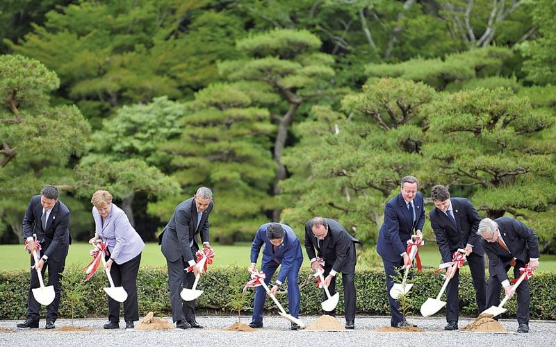 七大工業國集團(G7)高峰會26日在日本舉行。圖為各國領袖參加植樹活動。(AFP)