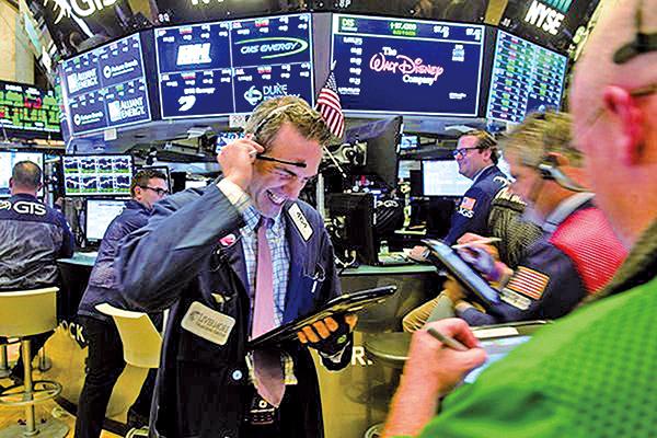 美股兩周下跌近千點,後市走勢難以確定。(BRYAN R. SMITH/AFP/Getty Images)