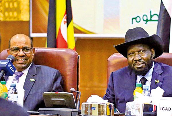 南蘇丹總統基爾(Salva Kiir 右)和叛軍首領馬查爾(Riek Machar 左)雙方將「永久」停火並在72小時內生效。(AFP)
