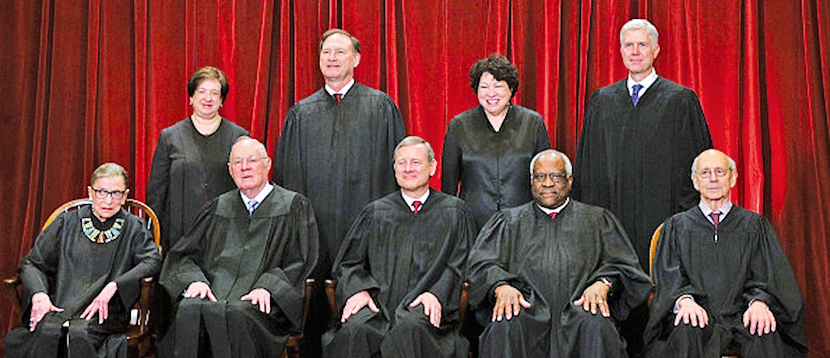 美國高院大法官甘迺迪(前排左二)周三(6月27日)宣佈退休,給了特朗普總統一個絕佳機會,讓最高法院穩穩的向右轉。(Getty Images)