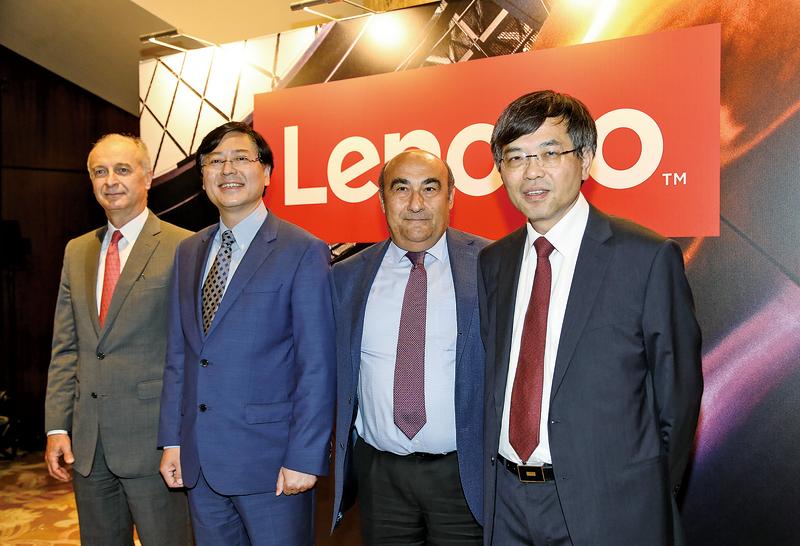 圖為聯想集團主席兼首席執行官楊元慶(左二)。(余綱/大紀元)