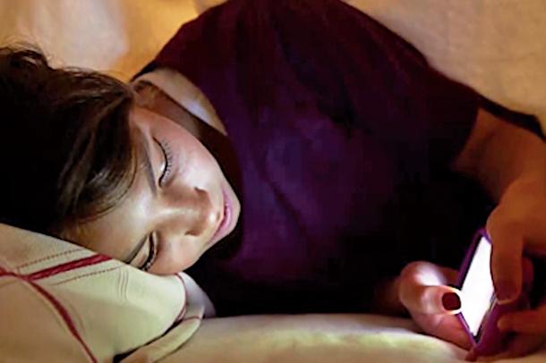 研究指出,夜間使用手機不只造成眼睛的危害,還會嚴重影響睡眠,增加憂鬱情緒及降低自尊與因應能力。(vimeo視頻截圖)