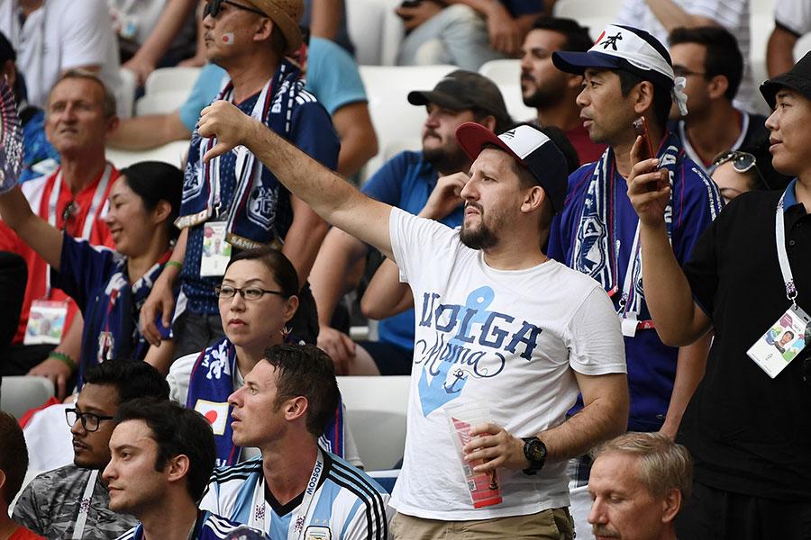 比賽臨近終場前,日本隊控球放棄進攻,試圖不在造成更多的丟球或紅黃牌,比賽一度長達8分鐘的後場倒腳,看台上的球迷噓聲四起。(Carl Court/Getty Images)