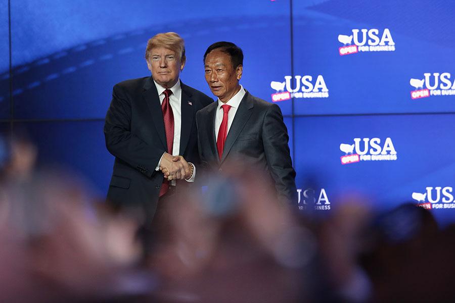 特朗普周四(6月28日)赴威斯康辛州參加台灣企業富士康(Foxconn,也叫鴻海集團)的新廠動土儀式,並參觀了新廠的設計沙盤和展示的部份生產設備。(Scott Olson/Getty Images)