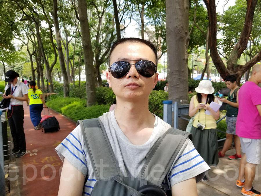 深圳民眾張先生來港參與七一遊行,他形容香港是中共統治下的一片淨土,非常不容易,希望貢獻自己一份力量。(宋碧龍/大紀元)