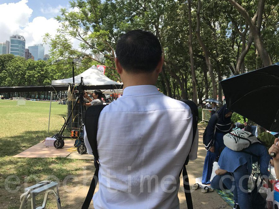 王先生特地從中國大陸來香港參與七一大遊行_表達對香港人爭取民主自由的支持_(林怡/大紀元)
