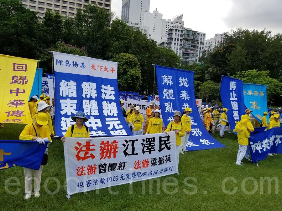 香港法輪功學員每年都一如既往地參與七一大遊行,呼籲結束中共迫害、法辦元兇。圖為數百名法輪功在維園草坪靜候遊行出發。(宋碧龍/大紀元)