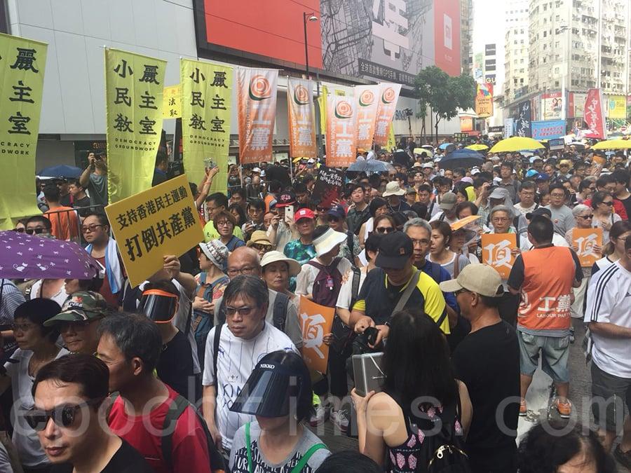 星期日是七月一日,香港主權移交中共21周年,在天文台發出酷熱天氣警告下,有五萬港人參加七一大遊行,抗議中共打壓。(李逸/大紀元)