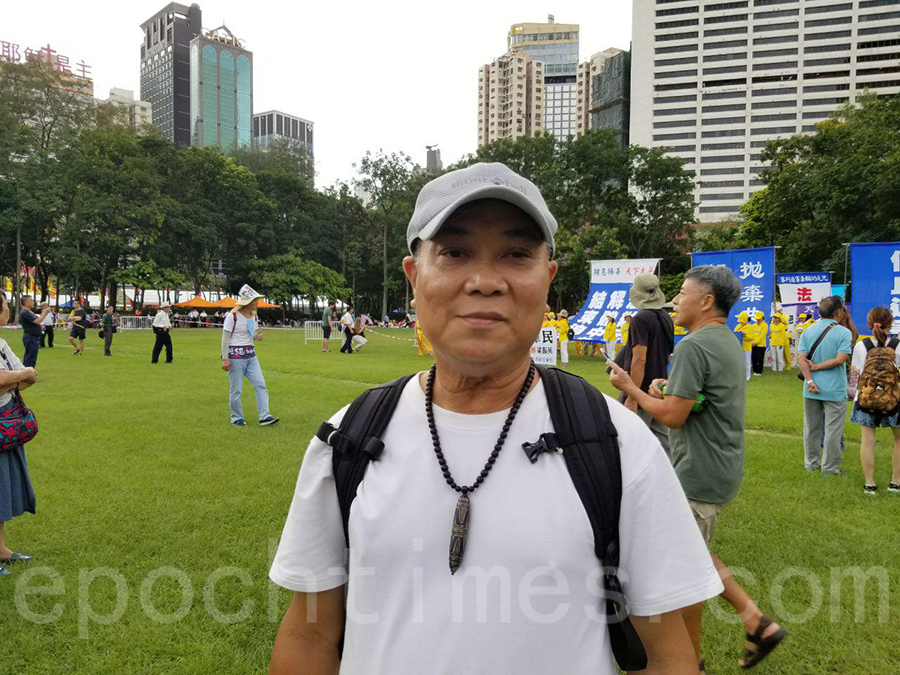 香港市民藍先生表示很欣賞法輪功學員的信念與和平理性。(宋碧龍/大紀元)