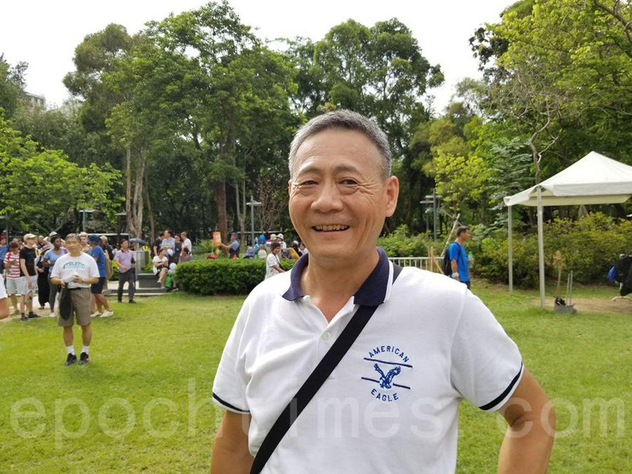 祖籍福建、來港多年的劉先生表示,每年都有觀看法輪功的遊行隊伍。(宋碧龍/大紀元)