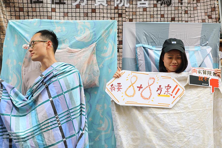 「永別劍橋康橋工作小組」的七一街站,讓市民體驗在安老院舍只有6.5平方米人均空間的惡劣居住環境。(李小朗/大紀元)
