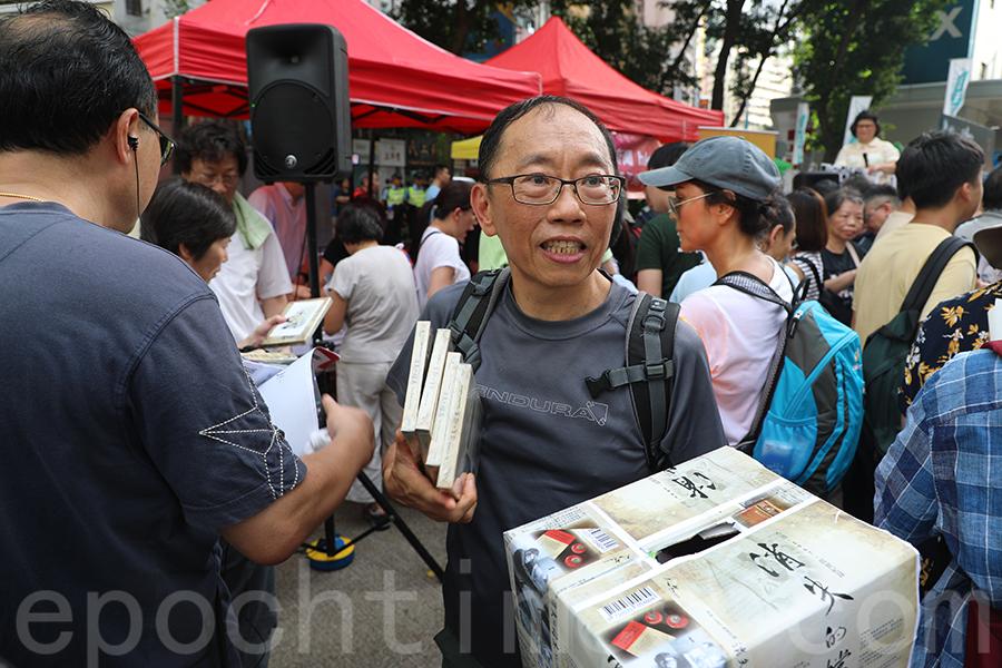 資深傳媒人吳志森七一在街站首推六七暴動紀錄片《消失的檔案》DVD及藍光碟。(李小朗/大紀元)