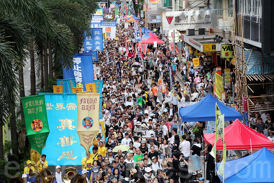 香港法輪功學員參加了民陣2018年7月1日舉行的一年一度七一大遊行,呼籲法辦迫害元凶、解體中共,整齊的隊伍和鮮明旗幡受到市民遊客的注目和讚賞。(李逸/大紀元)