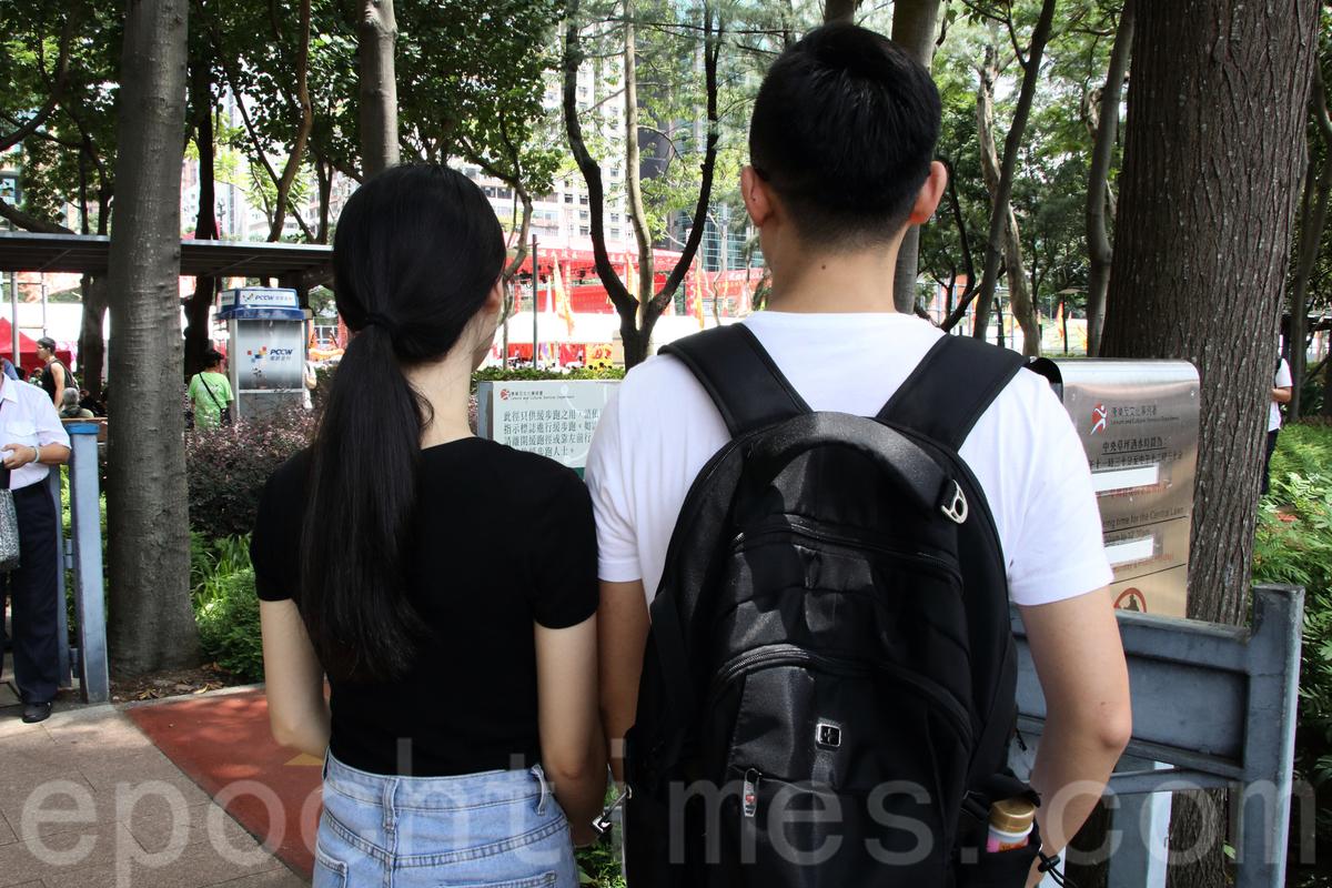 26歲的范先生與女友首次由深圳來港參與七一大遊行。(蔡雯文/大紀元)