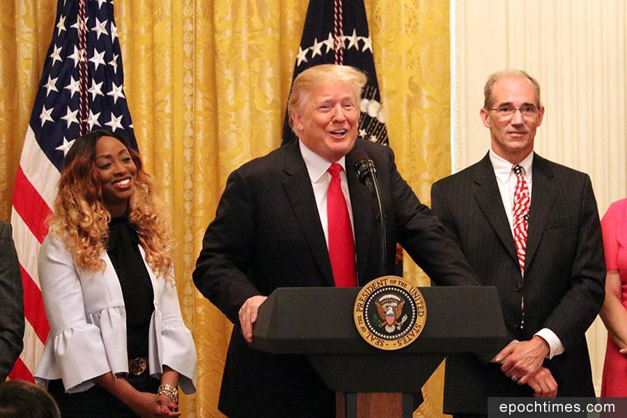 美國總統特朗普星期五(6月29日)在白宮舉行的《減稅和就業法案》實施六個月的慶祝活動上發表演講。(亦平/大紀元)
